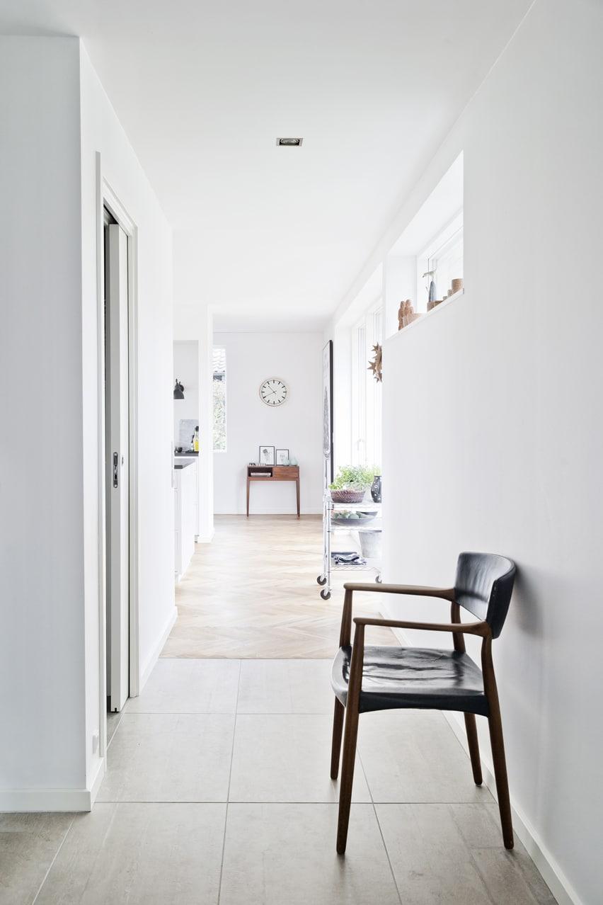 Husets nye køkken er placeret midt i det åbne stueplan med udsigt og direkte adgang til haven.