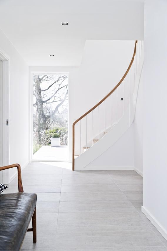Den oprindelige spindeltrappe er erstattet af en halvsvingtrappe, som skaber en mere central adgang mellem etagerne.