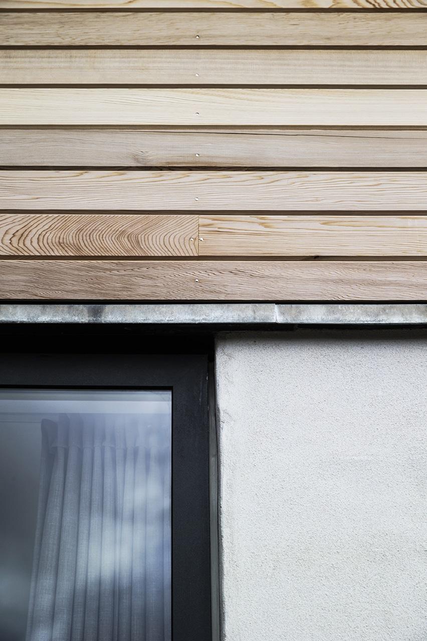 Hele tagetagen er beklædt med cedertræ fra Moelven. Døre og vinduer er i gråsort aluminium med inddækninger i zink.
