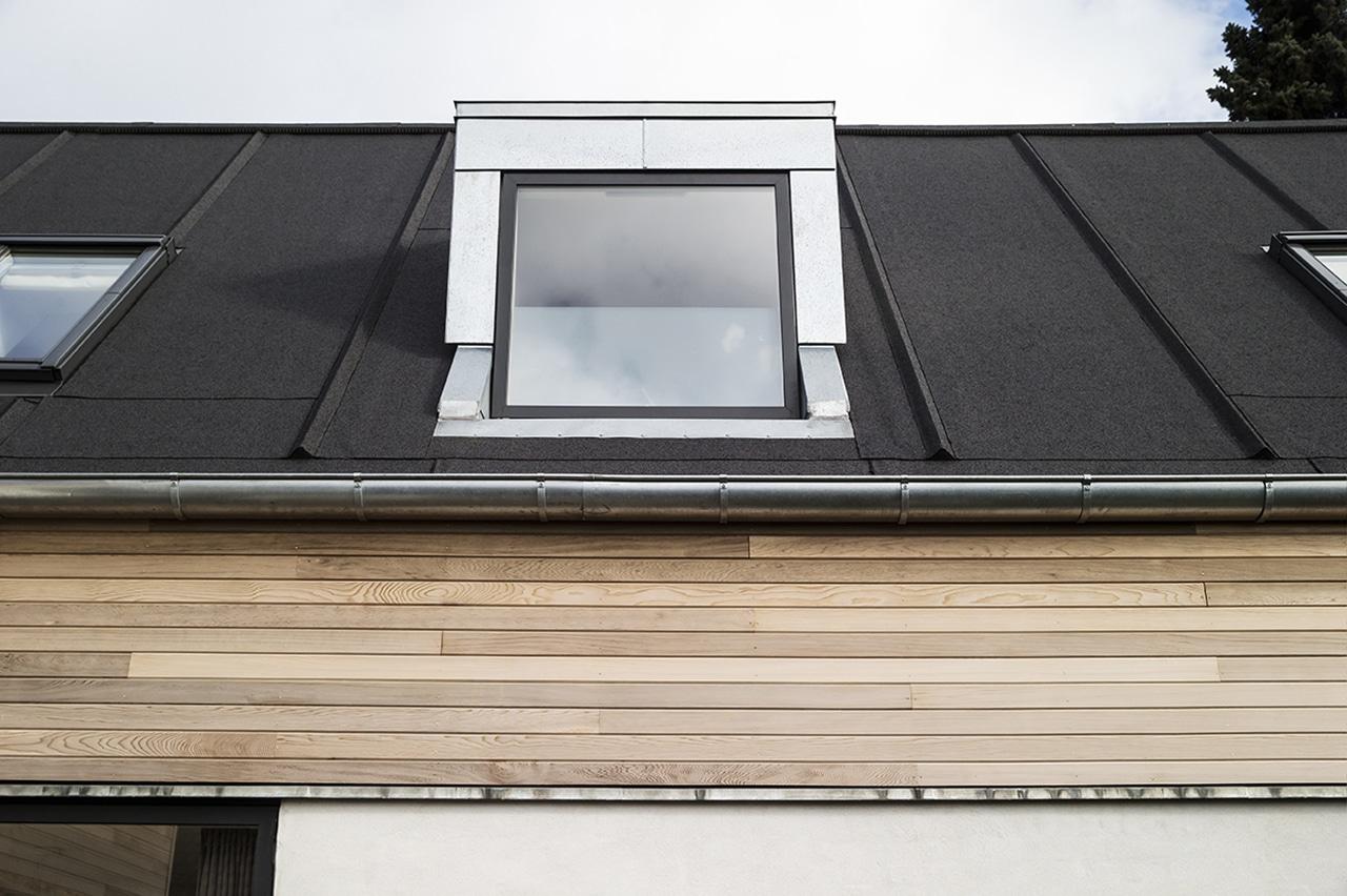 Tagetagen er blevet beklædt med cedertræ i gavle og sider, kvisten er i zink og der er lagt sort tagpap med listedækning på taget.