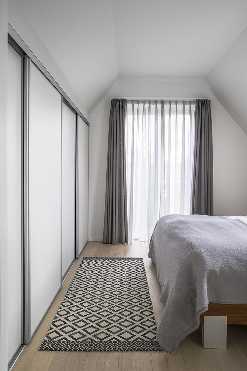 Soveværelset i den ene gavl har indbyggede skabe og fransk altan.