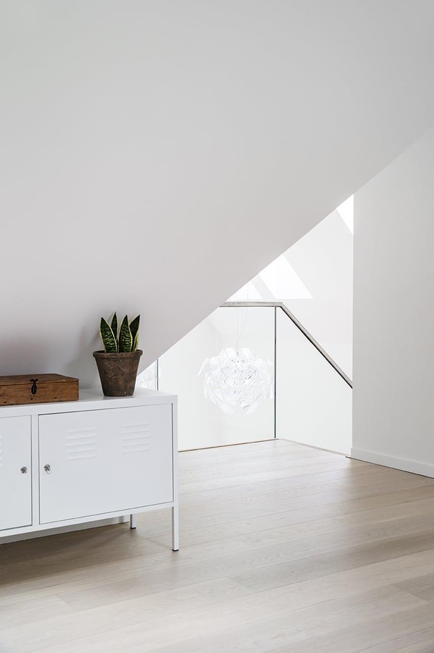 En elegant trappe i stuen binder de to etager sammen i det dobbelthøje rum.