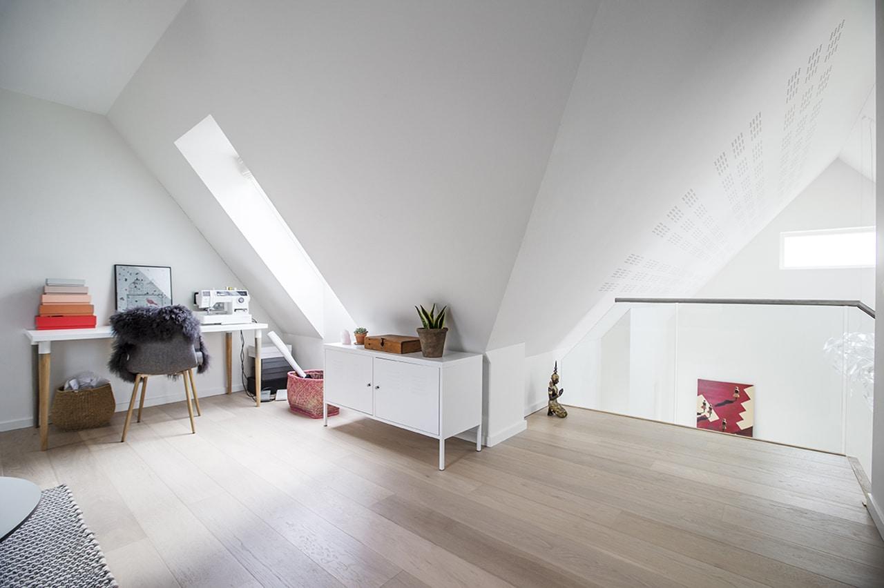 Det nye multirum på 1. sal fungerer som kreativ arbejdsplads, ekstra stue og giver adgang til de øvrige rum.