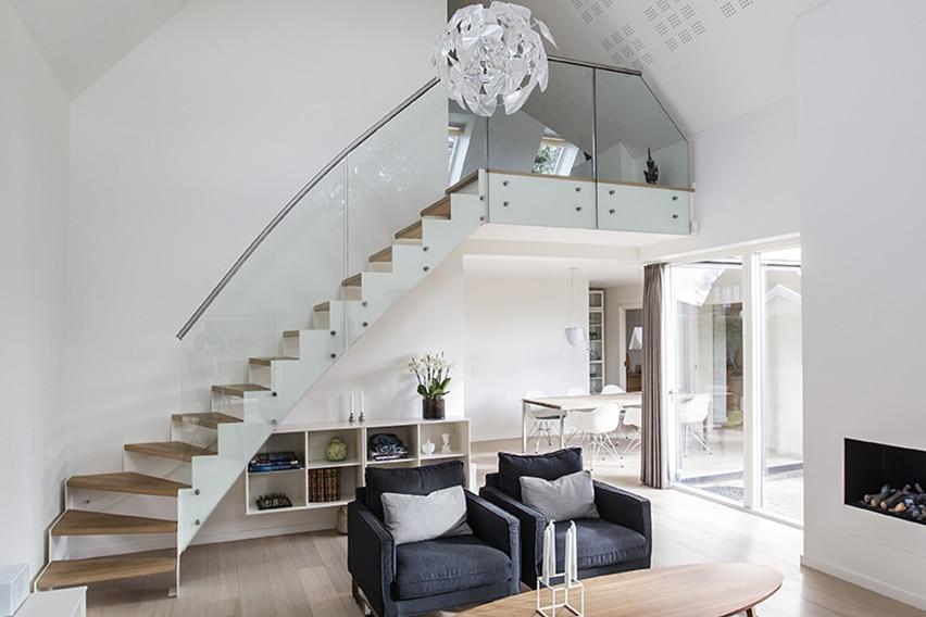 Ny 1. sal gav lys, luft og plads i 1960'er parcelhus og en elegant trappe i stuen binder de to etager sammen i det dobbelthøje rum.