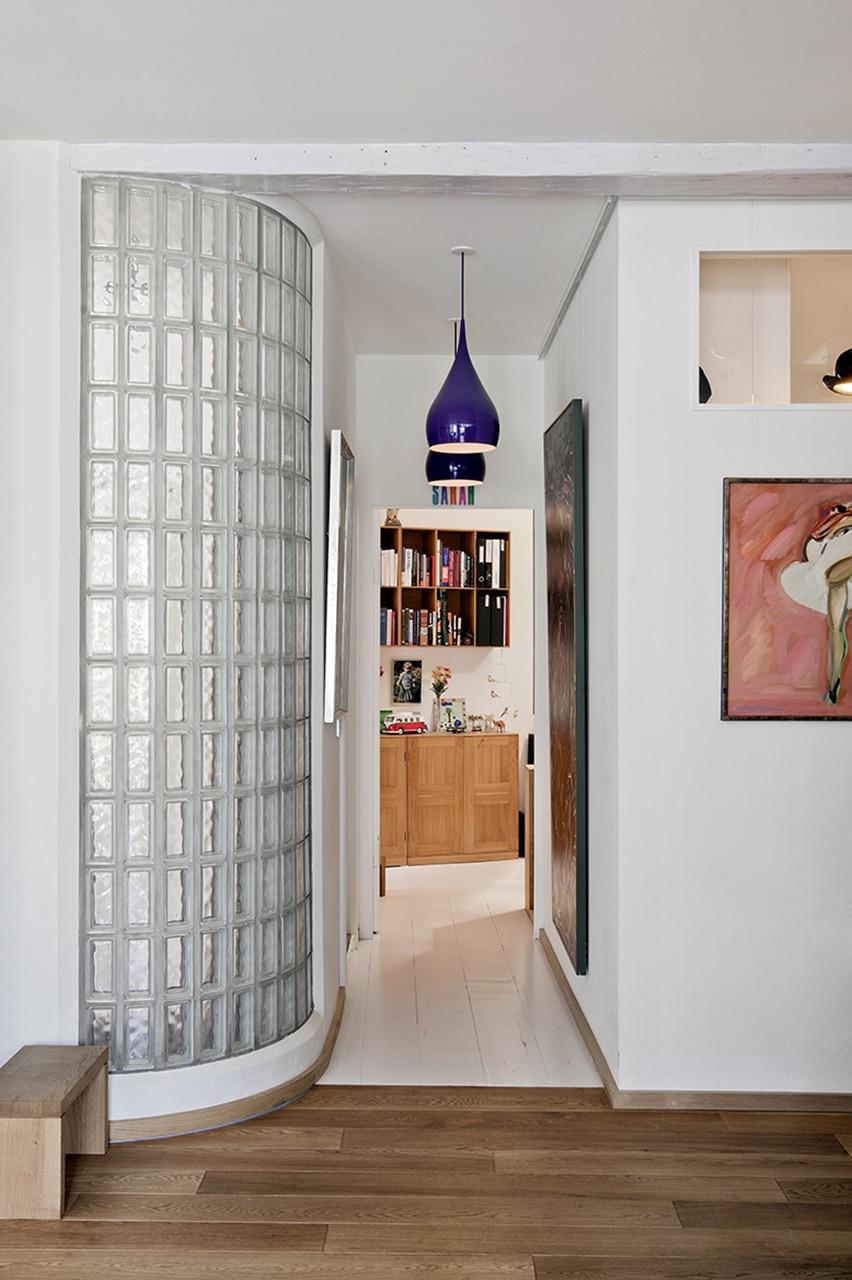 Modernisering af mørk baggårdslejlighed hvor dagslys og køkkenet var centrale elementer.