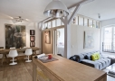 Højtsiddende glasfelter giver dagslys til de bagvedliggende funktioner. Sofaen er placeret op ad en fransk altandør, så familien får mest muligt ud af det naturlige dagslys. De lyse asketræsvægge ind til soveværelset reflekterer lyset smukt.