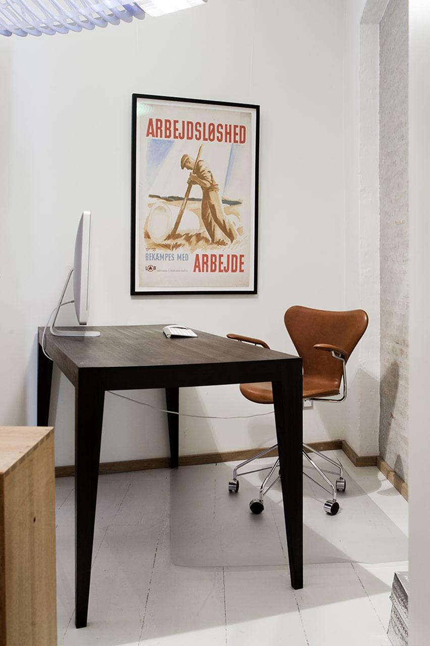 Lille kontor i den nyrenoverede baggårdslejlighed.