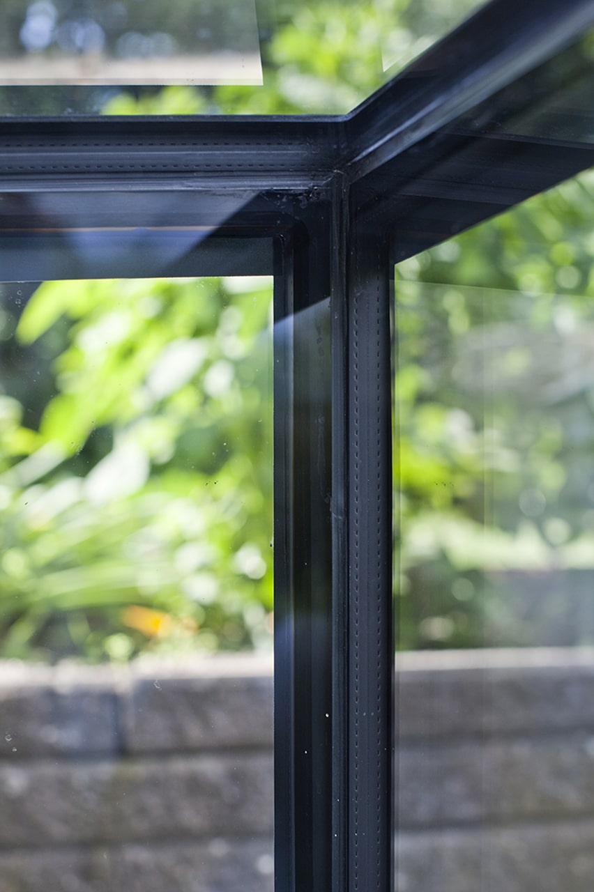 """Silkemaling og skjulte samlinger. De sorte """"bånd"""" på glaskonstruktionen er silkemaling på bagsiden af glasset, som skjuler de limede samlinger."""