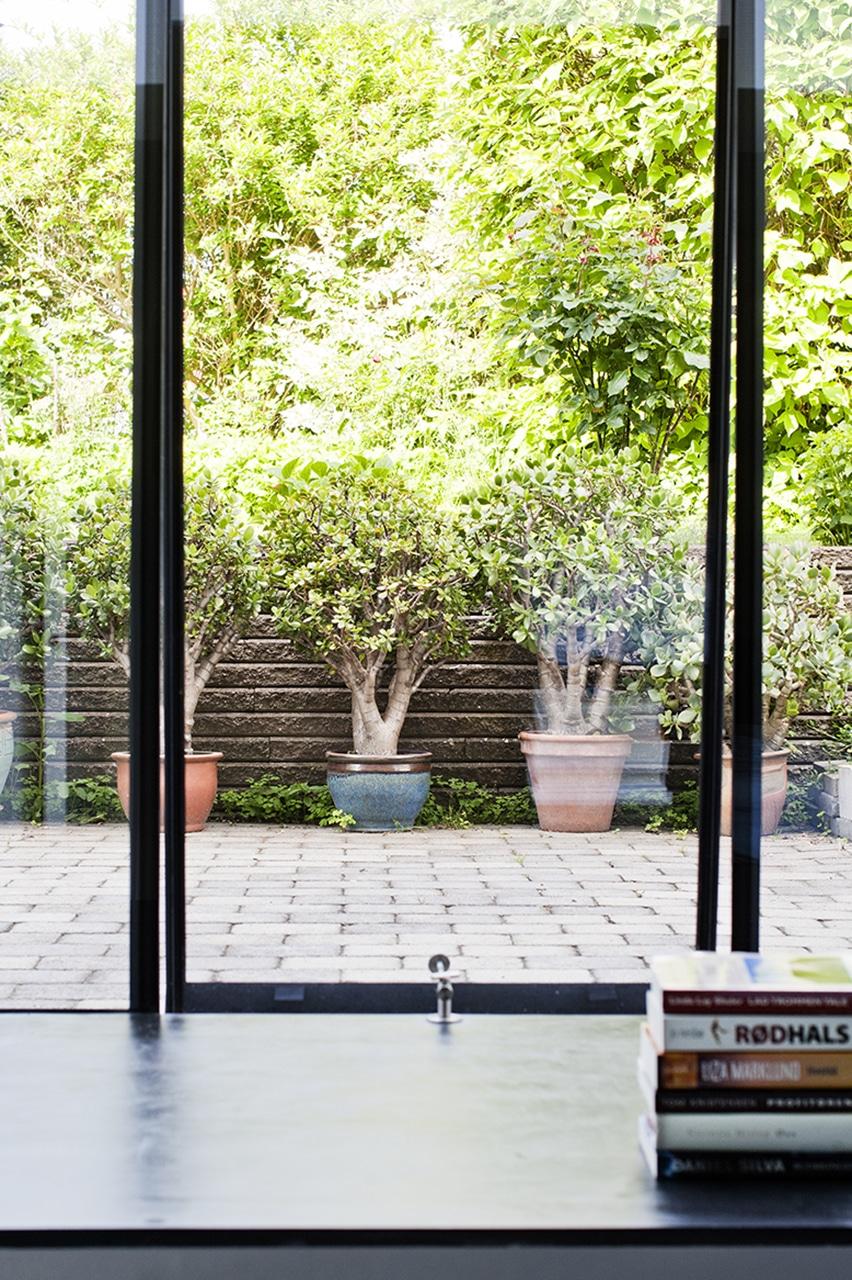 De store vinduer forbinder visuelt kælderen med haven og gør kælderen til en større del af uderummet.