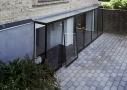 Karnap i 100% glas Arkitekt Morten Dalsgaard så mulighederne i at etablere en glaskarnap, som følger hele kælderetagens længde. Med glaskarnappen, der er specialfremstillet med front, sider, skillevæg og tag i tolags hærdet energiglas, udnyttes dagslyset optimalt.