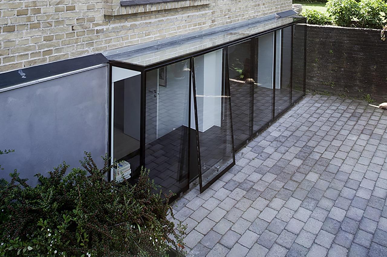 Karnap i 100% glas, arkitekt Morten Dalsgaard så mulighederne i at etablere en glaskarnap, som følger hele kælderetagens længde. Med glaskarnappen, der er specialfremstillet med front, sider, skillevæg og tag i tolags hærdet energiglas, udnyttes dagslyset optimalt.