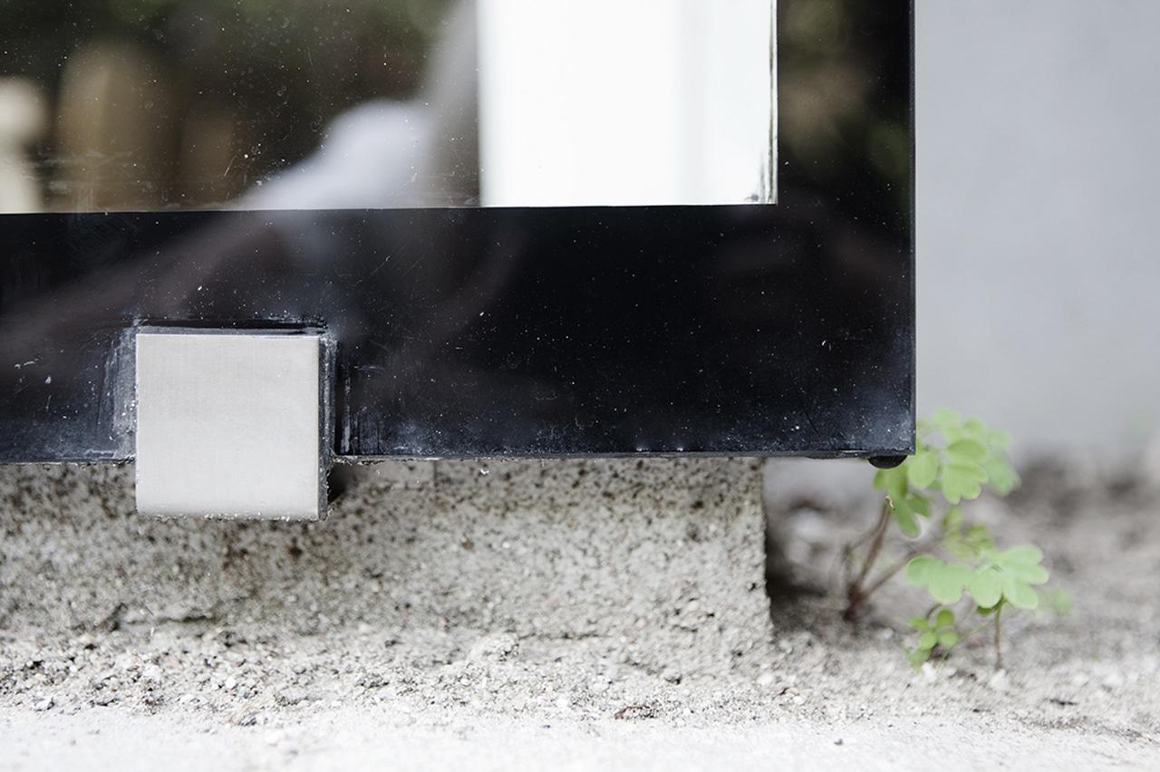 Beslag af rustfrit stål. Glaskarnappens lette udtryk tynges ikke af de synlige men diskrete udvendige beslag i rustfrit stål.