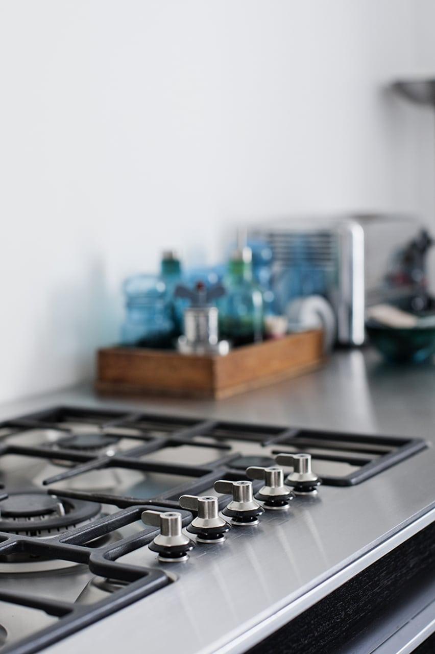 Køkkenbordplade i massivt rustfritstål og isvejst gasblus.
