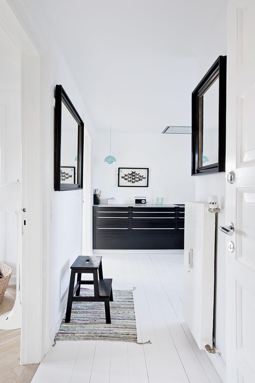 Entreen er blevet lys og spejlene hjælper dagslyset med at trænge dybere ind i rummet.