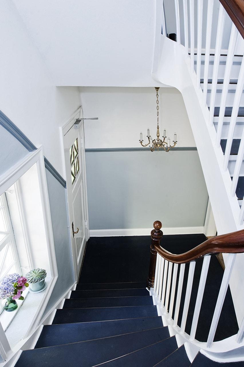 Trapperummet er nænsomt renoveret. Den oprindelige linoleum er frisket op, håndlisten poleret og undervæggene har fået en matchende kulør.