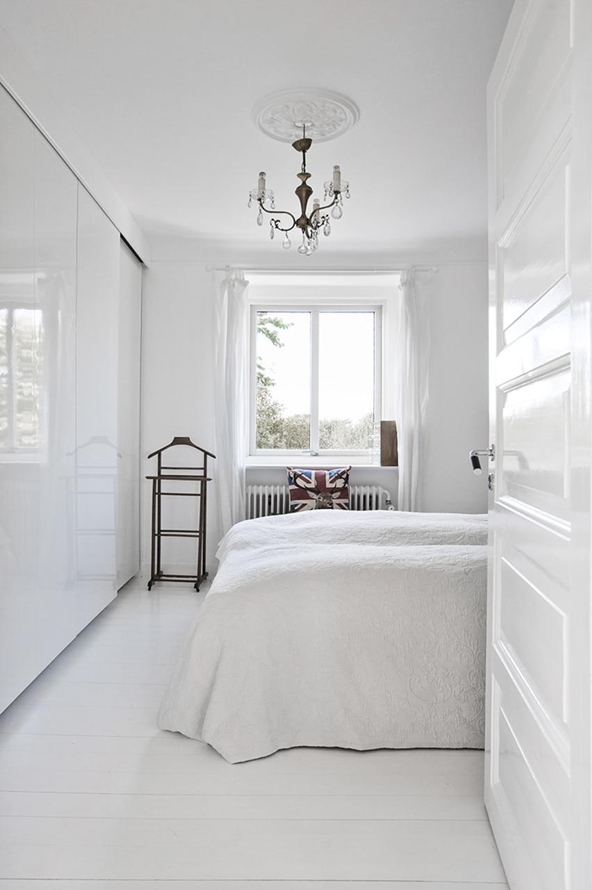 Istandsættelse og totalrenovering af charmerende byhus fra 1924, har i soveværelset fået ro med indbyggede skabe.