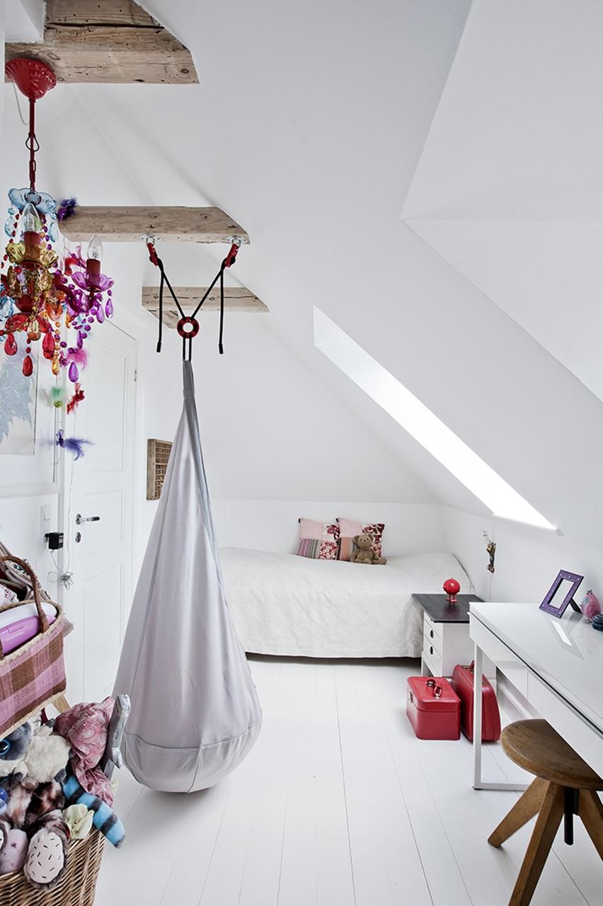 Børneværelset var tidligere opdelt i to små rum, men fremstår i dag lyst og indbydende; værelset får fuldt udbytte af det nye store ovenlysvindue.