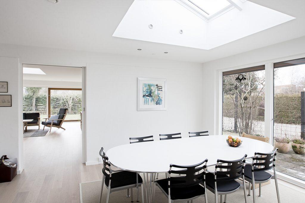 Typehus fra 1970'erne fik makeover. Indvendige lyse overflader og de nye vinduespartiers betydning for dagslyset.