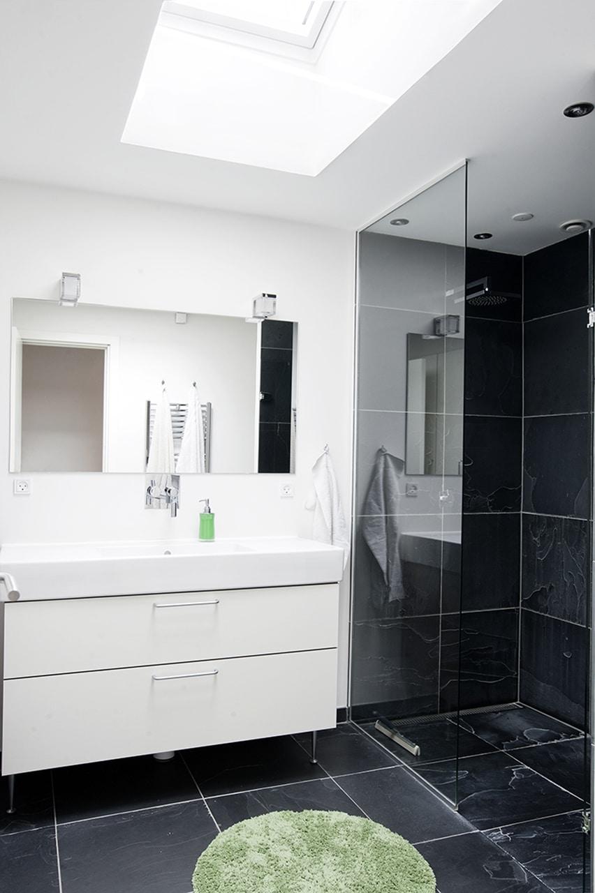 Typehus fra 1970'erne fik makeover. Husets to badeværelser er ligeledes istandsat, og i det ene er der etableret ovenlys.