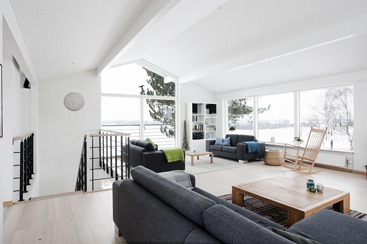 Ombygning af 1970'er klods. Her kan man rigtig få følelsen af den 360 graders udsigt til de smukke omgivelser fra stuen på 1. sal.
