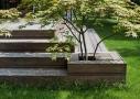 Villaens oprindelige jordterrasse er erstattet af en ny træterrasse - med indbyggede plantekumme, som giver adgang til både for- og baghaven.