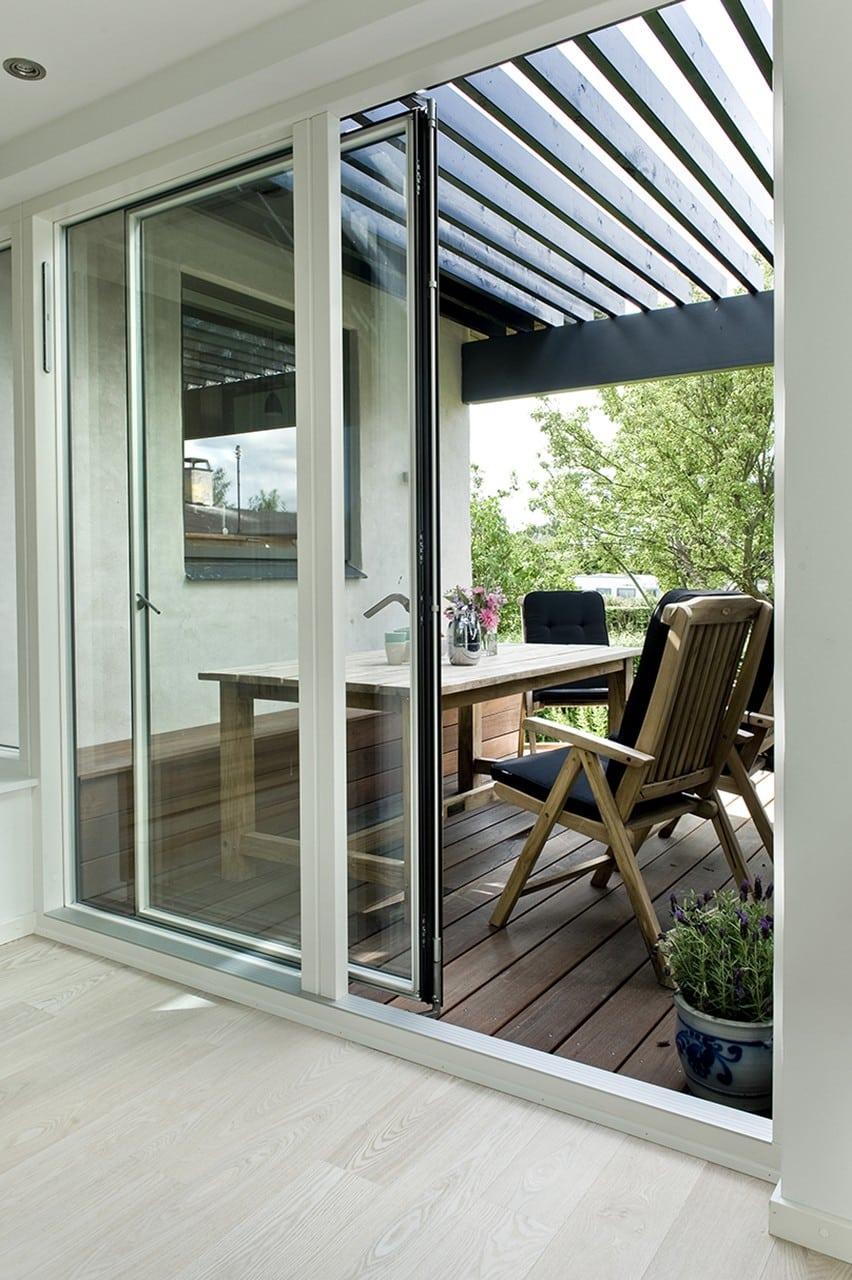 Lille terrasse med god læ. I indhakket mellem tilbygningen og bungalowen er der indrettet en lille frokostterrasse, som er afskærmet fra vinden.