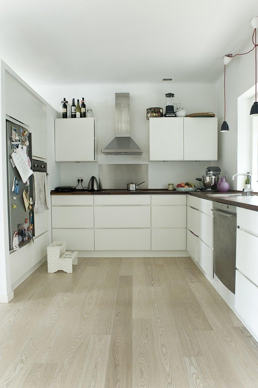 Køkken med havekig og direkte adgang til gangareal, stue og terrasse.