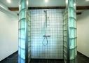 En god rumlig brushenische, der får dagslys ind fra tre sider. Brusenichen har fået en central plads, da den bruges oftest - det er ny kælder med lækkert luksusbad!