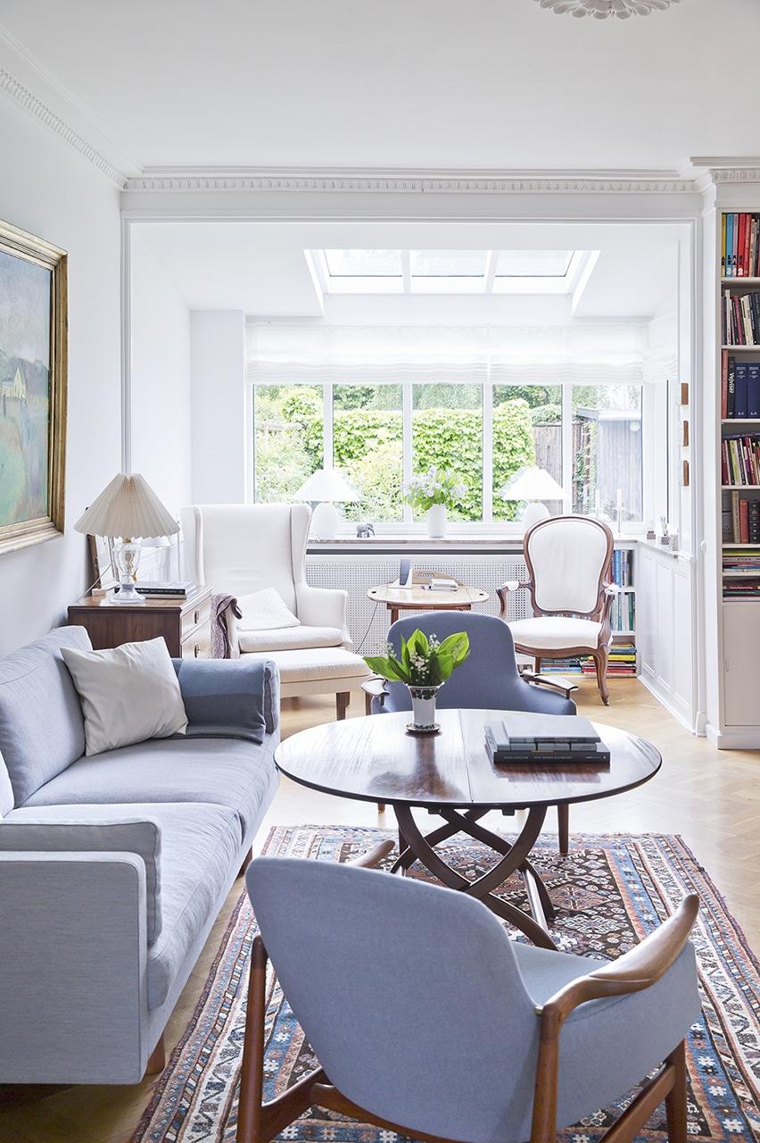 Moderne komfort i fredet seniorbolig. Det nye ovenlysvindue og udgangspartiet mod haven lukker masser af dagslys ind i hele stueetagen.
