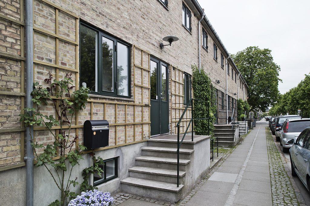 Moderne komfort i fredet seniorbolig. Det gamle rækkehus fra 1928 har masser af karakter og charme. I forbindelse med renoveringen blev facaden omfuget og et nyt espalier etableret.