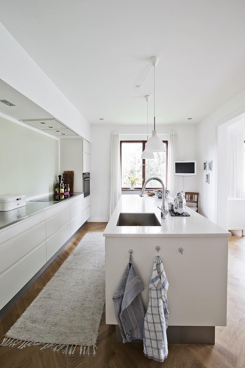 Køkkenet er blevet gennemrenoveret i moderne stil.