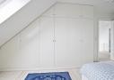 Soveværelse og skabsvæg på første med dejligt dagslys fra tagvinduerne.