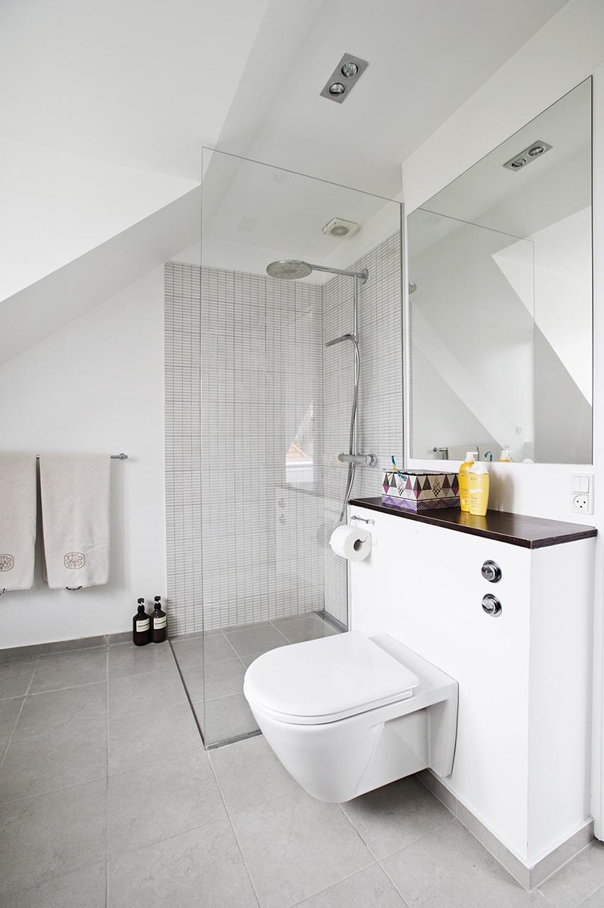 1. salens toilet er blevet til et stort badeværelse.