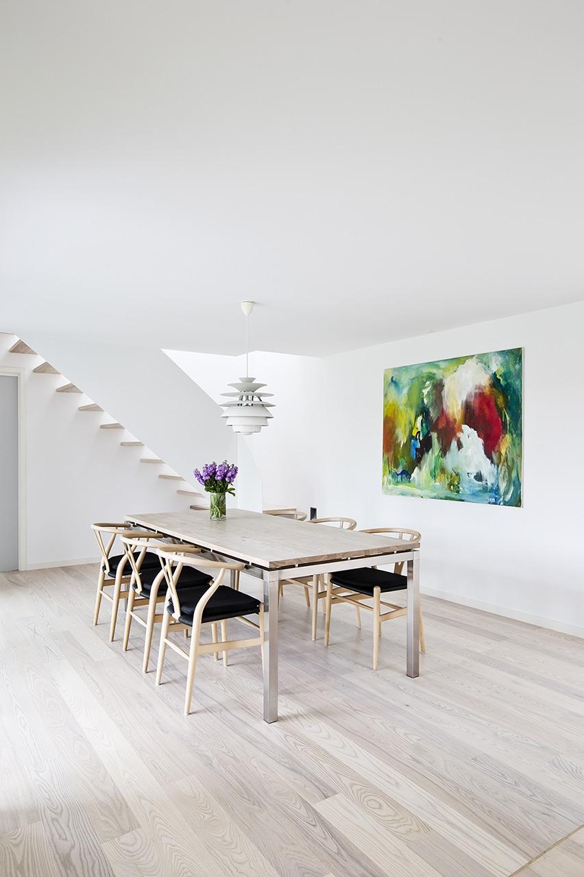 De moderne linjer i rummene giver et stilfuldt og balanceret rum.