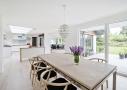 Stue og køkken har direkte udgang til en solrig terrasse.