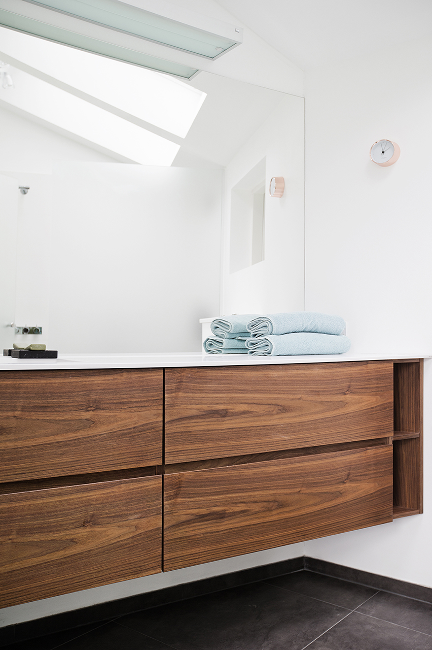 Badeværelset har ovenlysvinduer der sikre optimalt lysindfald.