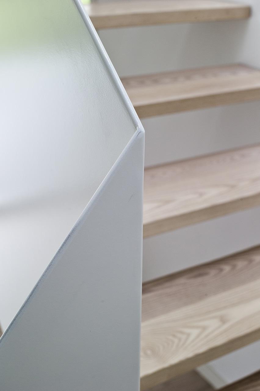 Den meget enkle trappe løsning gør at trappen glider smukt ind i stuemiljøet.