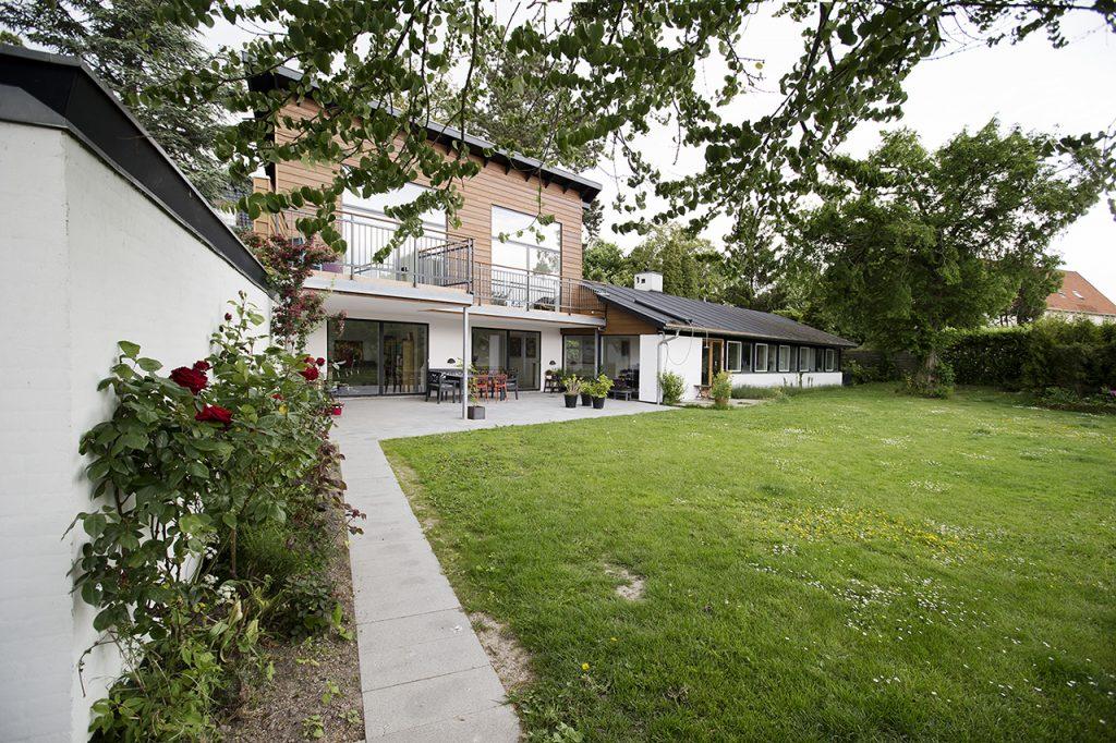 Parcelhus fik to etager og haven helt ind i stuen. Husets nye tilbygning set fra haven.
