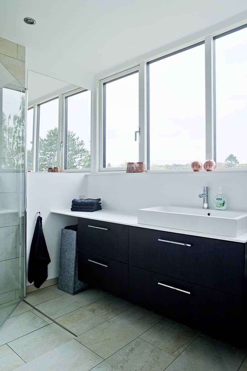 Badeværelset på 1. salen blev renoveret og har fået en dejlig udsigt over kvarterets hustage.