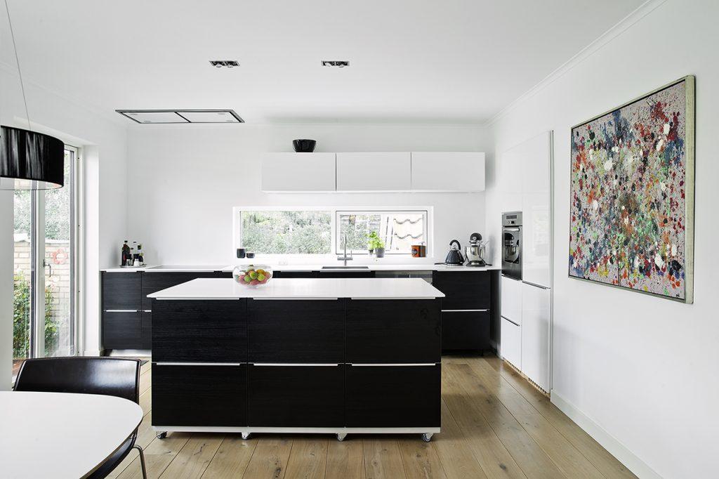 Murermesterhus fik energirenovering og flere kvadratmeter. Det nye køkken er udstyret med en fleksibel køkkenø, som giver ekstra opbevarings- og bordplads.