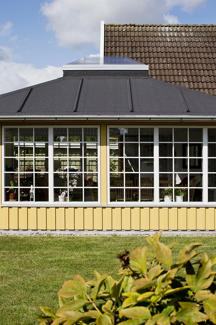 Orangeriet er holdt i samme farveskala som resten af huset, så det samlede udtryk er harmonisk.