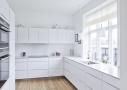 Et af værelserne blev ombygget til et funktionelt, praktisk og elegant elementkøkken med højskabe indeholdende køl, frys og ovne. Som en ekstra bonus har familien fået god bordplads og et smukt dagslys i resten af rummet.