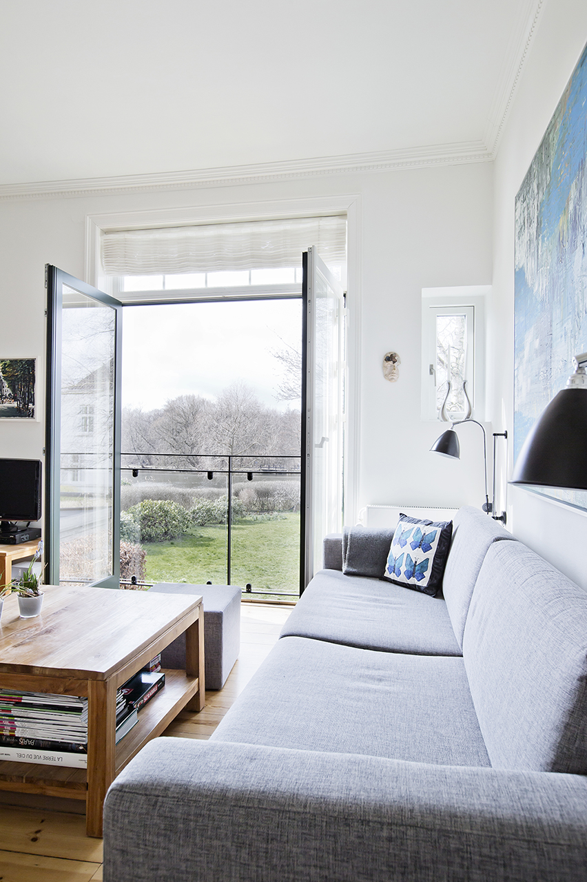 Stuens nye placering giver familien mulighed for at nyde den fantastiske udsigt til søen fra sofaen.