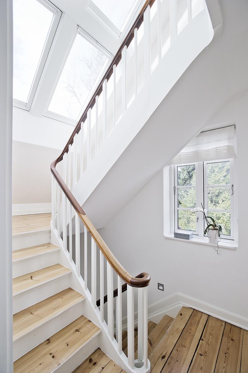 I trapperummet var der ikke meget plads for passage til 2. salen. Det blev afhjulpet med ovenlysvinduer, som både giver plads på reposen og masser af dagslys i trapperummet.