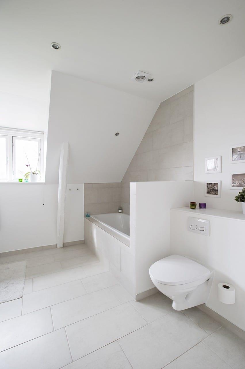 Badeværelset blev gennemgribende renoveret med gulvvarme og badekar. Spejlet er placeret, så det reflekterer dagslyset til resten af rummet.