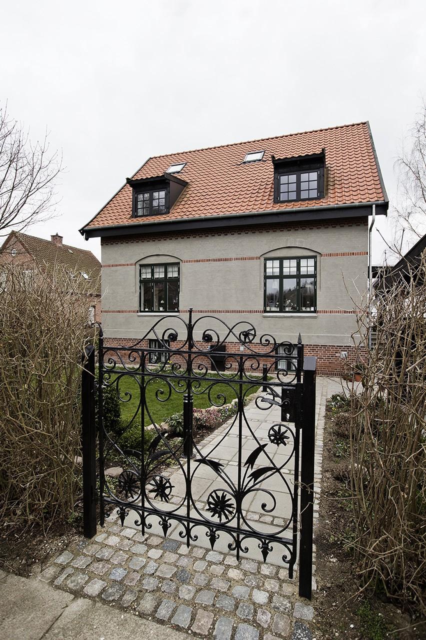 Villa fra 1906 blev til moderne familiebolig. Boligens charmerende kvaliteter er bevaret.