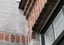 Villaens væsentligste arkitektoniske detaljer er nænsomt renoveret og brugen af oprindelige byggematerialer er med til at bevare dens sjæl og charme.