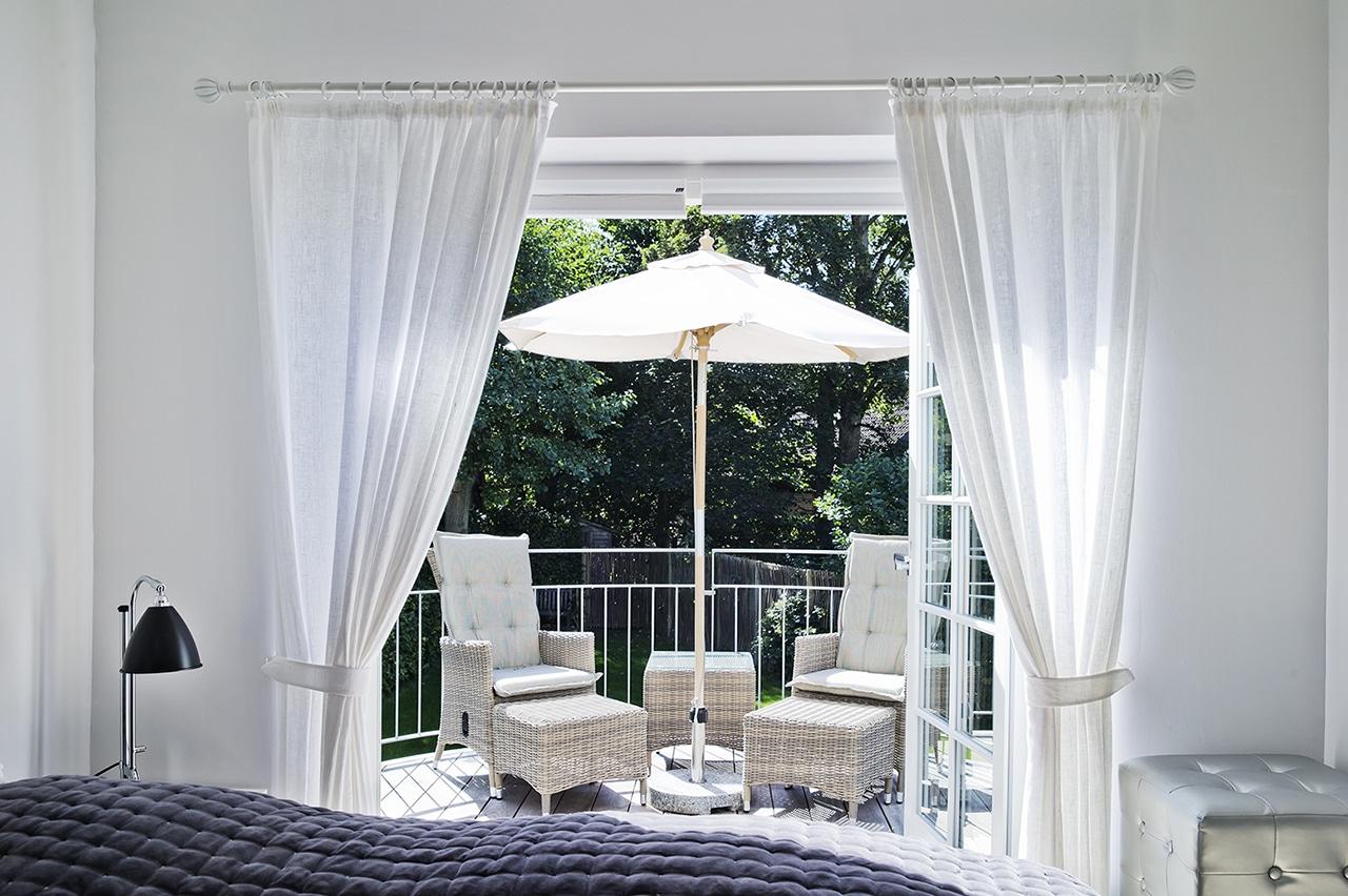 Der er direkte adgang fra soveværelset således familien kan nyde haven. fra balkonen på 1. sal.