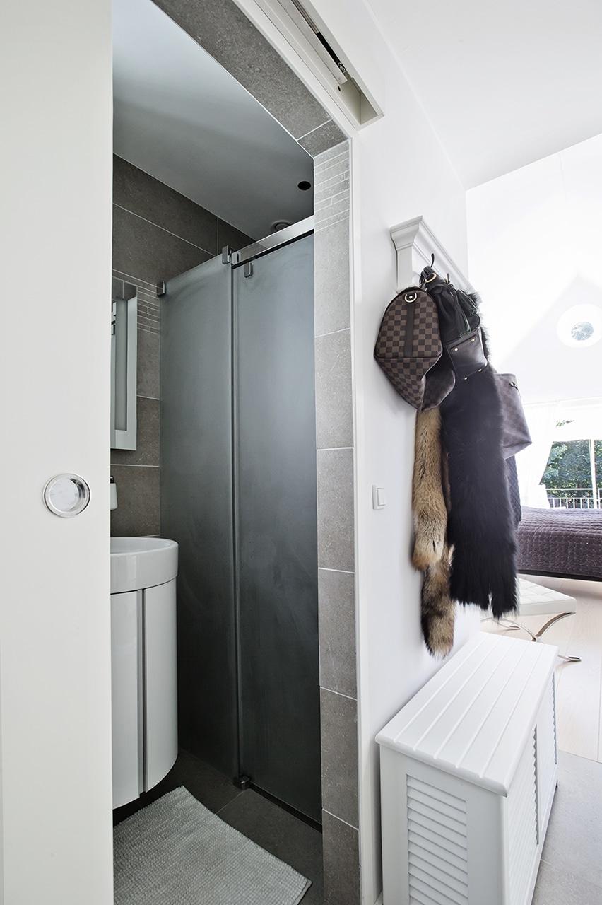 Indgang til eget badeværelse og garderobe.