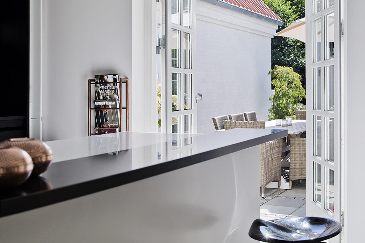 Der er direkte udgang til terrasse så familien kan vælge mellem sol, skygge og læ for vinden.